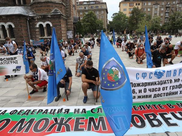 Десетки полицаи се събраха на протест в градинката до МВР.