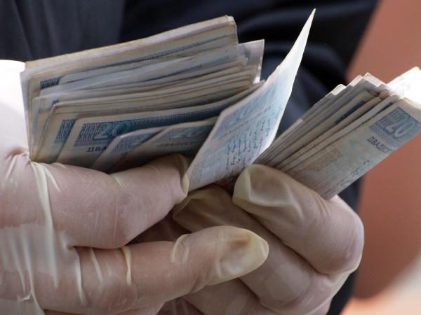 Полицията разследва две кражби на пари в Кюстендил и Дупница.Около