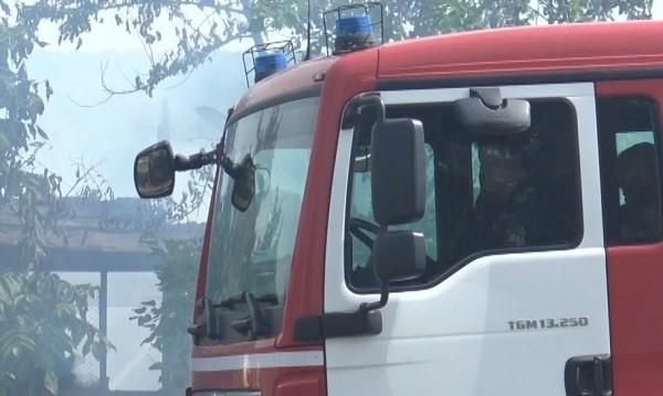 Пожарникари спасиха баща и син при пожар в Търговище