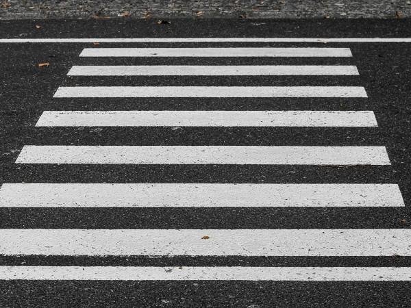 Двама души са били блъснати от кола на пешеходна пътука