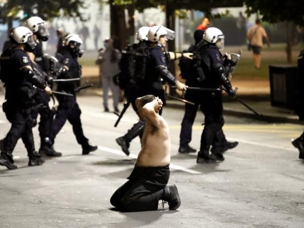 Няколко десетки полицаи и граждани са ранени по време на
