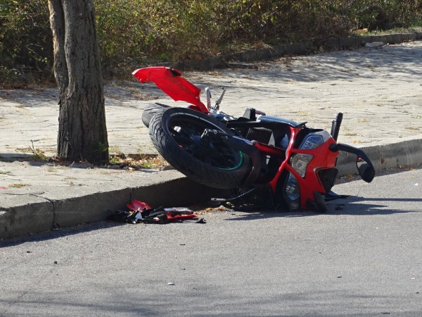 Мъж е с опасност за живота след катастрофа с мотоциклет