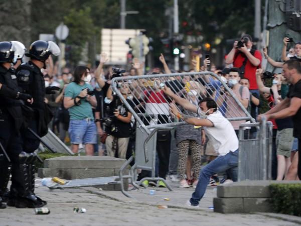 Най-малко 19 полицаи и 17 демонстранти бяха ранени при протестите