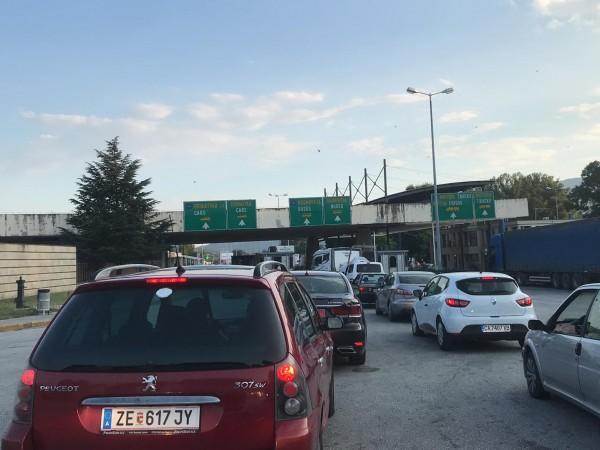 Българи, пътуващи днес за Гърция споделиха, че гръцките власти на
