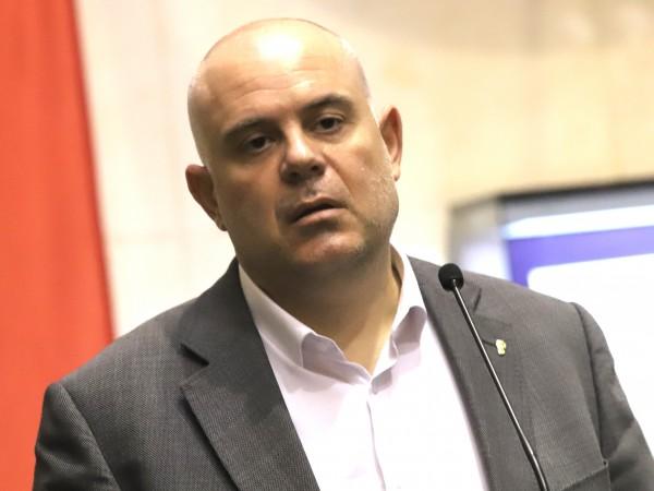 Главният прокурор Иван Гешев заяви, че прокуратурата прилага еднакви стандарти