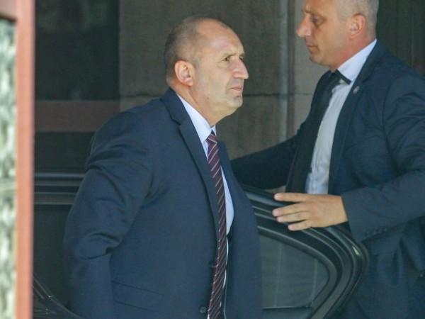 Президентът Румен Радев излезе пред протестиращите в София. Той изказа