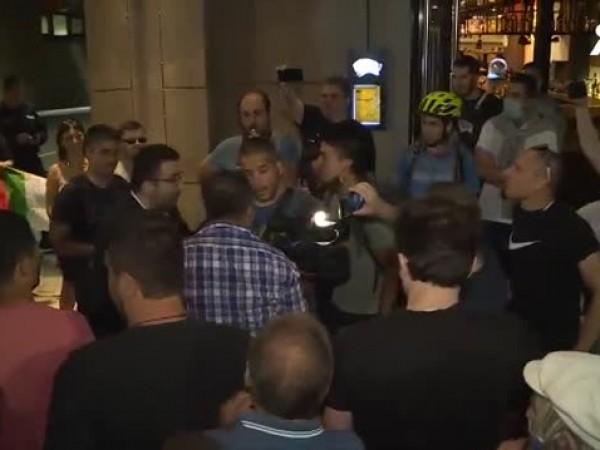 Агресия към репортер и оператор бе проявена по време на