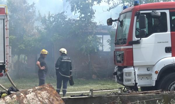 Пожарникари спасиха от пожар вилна зона край Кортен