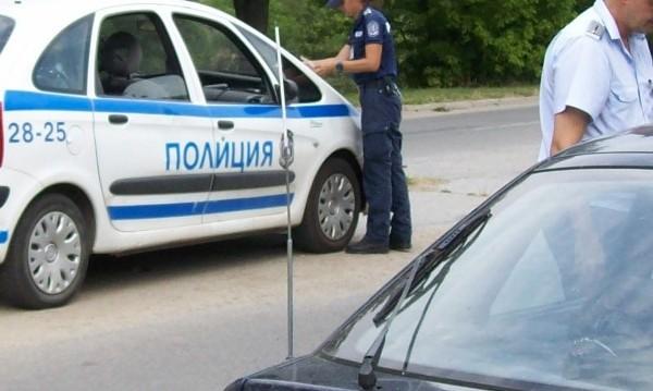 Младежи натъпкали колата си с дрога, полицията ги залови