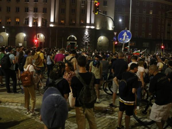 Група протестиращи се опитаха да разбият полицейския кордон. Има ранени