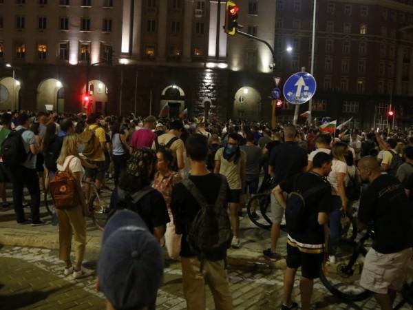 Трима служители на МВР са пострадали при протестите снощи в
