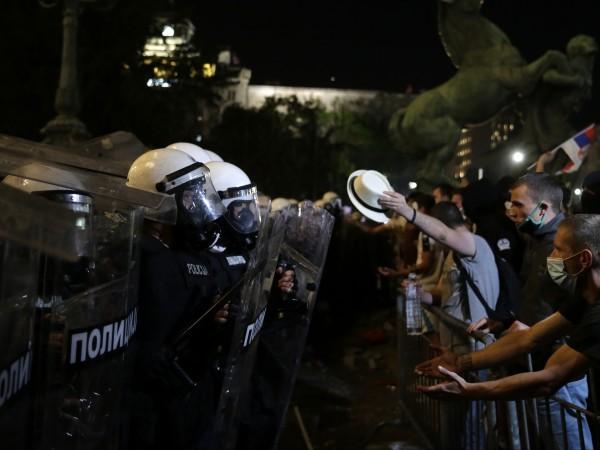 Три поредни нощи на протести в Сърбия. Недоволството отприщи решението