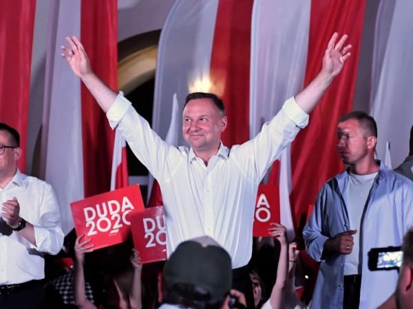 Полша гласува в неделя на президентски избори на ръба на