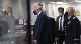 Доналд Тръмп се появи за първи път с маска