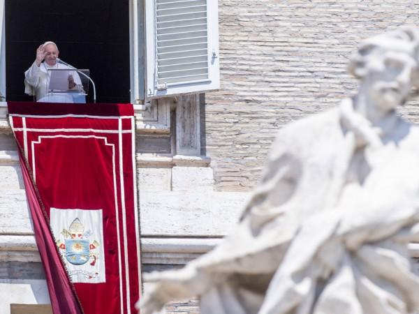"""Папа Франциск заяви днес, че е """"много опечален"""" от решението"""
