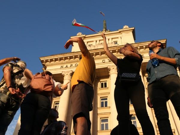 За четвърти пореден ден протестиращите се събраха пред сградата на