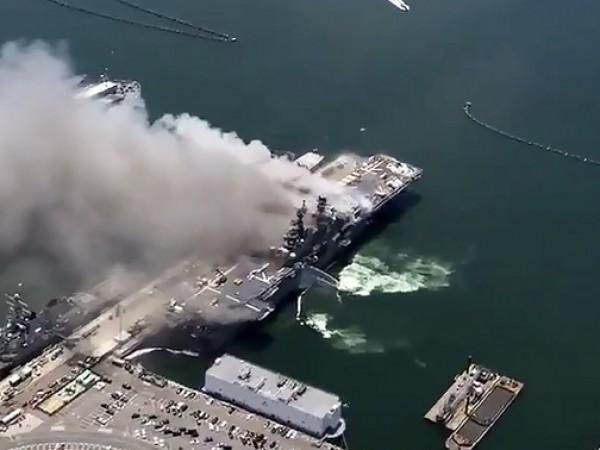 Най-малко 21 души пострадаха при пожар на американски десантен кораб