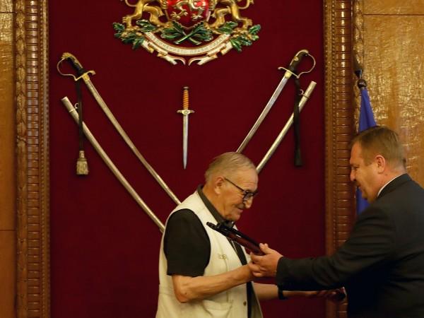 Министърът на отбраната Красимир Каракачанов награди футболната легенда Димитър Пенев.