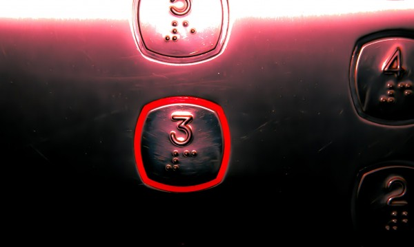 Жена с коронавирус се вози 60 секунди в асансьор – зарази 71 души