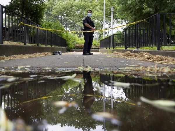 Неизвестен е открил стрелба по случайни жители на Бруклин, най-малко