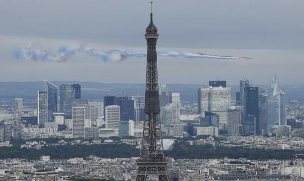 Франция отдаде почит и на медиците си на националния празник