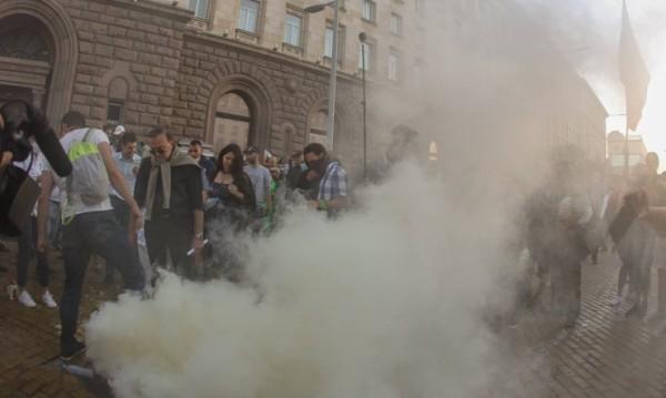 На протеста в София има ранени, опитаха се да влязат в Партийния дом