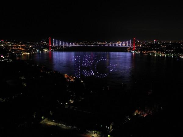 Впечатляващо светлинно шоу беляза годишнината от неуспешния преврат в Турция.