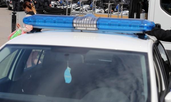 Роми нападнаха полицаи и служебно куче с ножове и секири