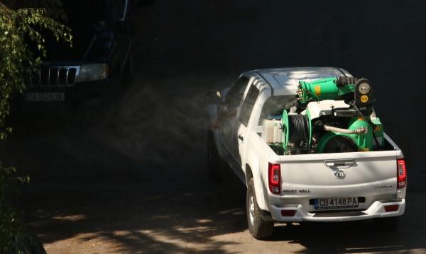 Пръскат против комари между блоковете в София
