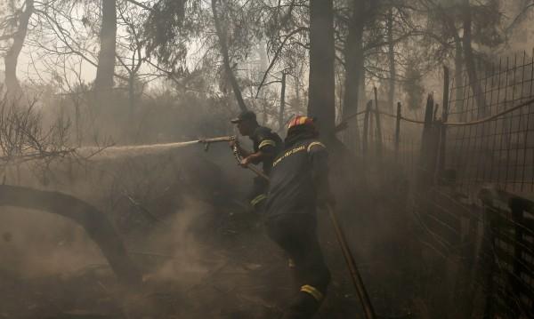 Голям пожар пламна на Пелопонес, евакуират крайбрежно селище