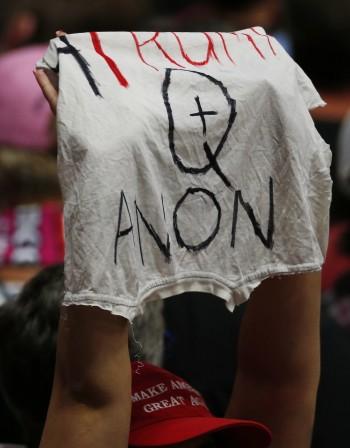 QAnon - конспирацията, според която Доналд Тръмп ще спаси света от педофилите