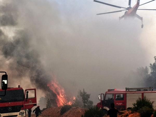 Вече втори ден пожарникари и самолети се опитват да потушат