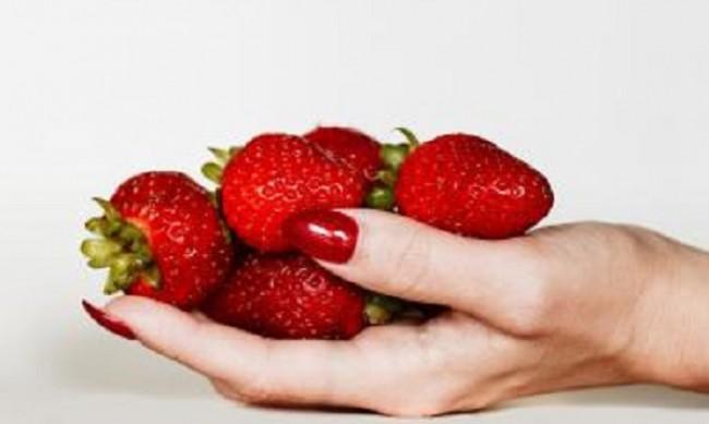 Маникюр с ягоди - 4 идеи как да го направим
