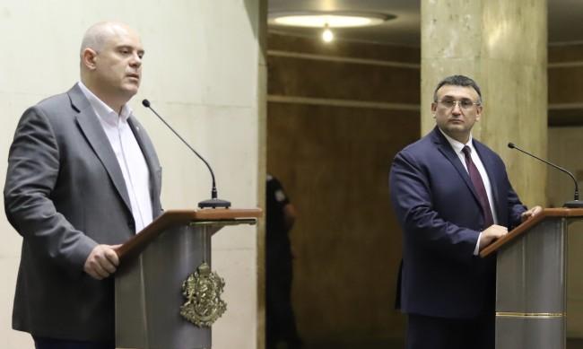 Гешев награди бившия вътрешен министър Младен Маринов