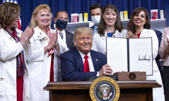 Тръмп обяви, че се намаляват цените на лекарствата с рецепти