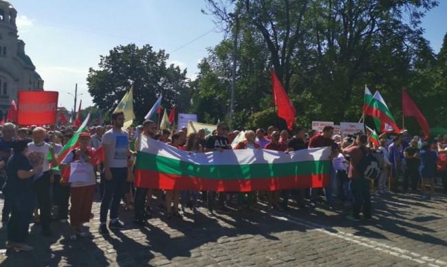 Членове и симпатизанти на БСП на шествие по столичните улици