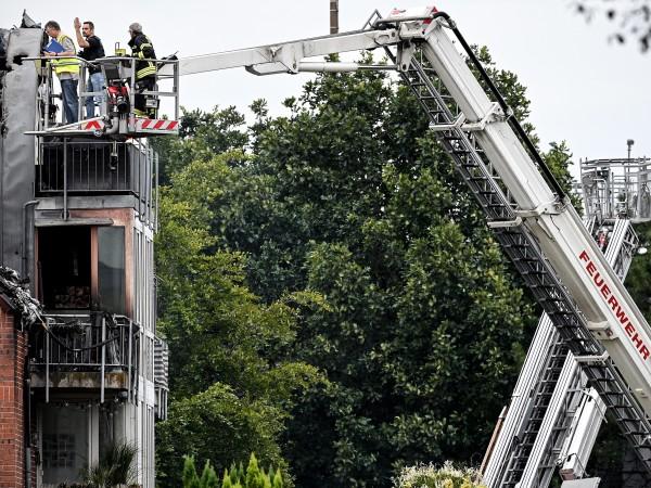 Малък самолет се блъсна в жилищна сграда в германския град