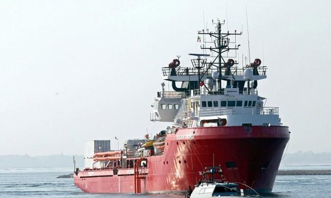Два кораба с общо 140 мигранти в риск да потънат