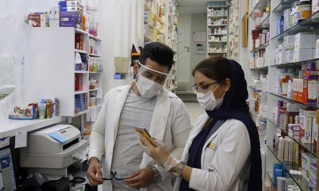 Само за денонощие: В Иран починаха 212 души от коронавируса