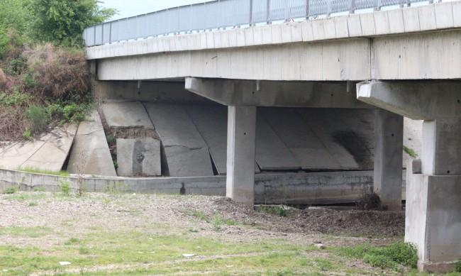 Жители на с. Каранци готвят протест заради опасен мост