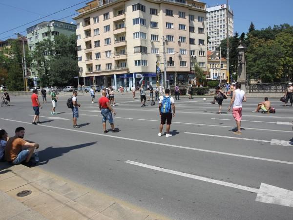 Група протестиращи блокира още две ключови кръстовища в София –