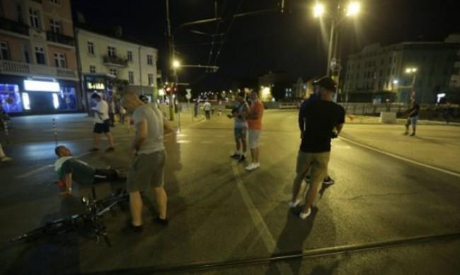 Улицата говори за корупция, управляващите - за пенсии