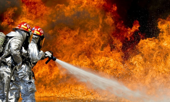 Пожар избухна в мебелно предприятие в Търговище
