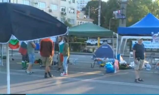 Орлов мост остава блокиран, протестиращите не пускат градския транспорт