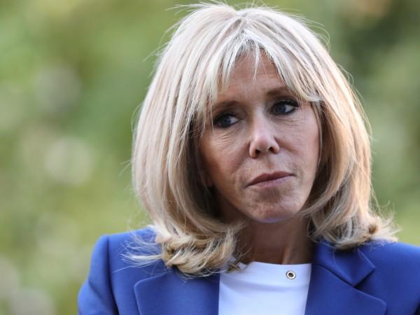 Тя е една обикновена учителка по френска литература, която губи