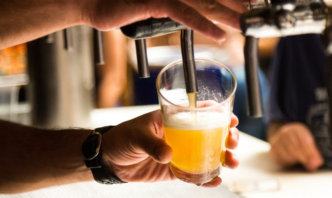 В помощ на туризма 9% ДДС за бирата и виното от днес