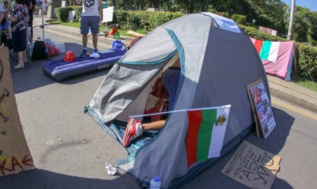 """Блокадата на """"Орлов мост"""" остава, двама се опитаха да запалят палатка"""