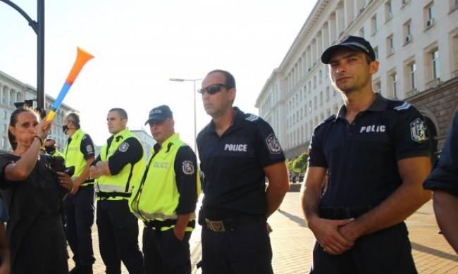 По 5-6 полицаи се заразяват с коронавируса на ден