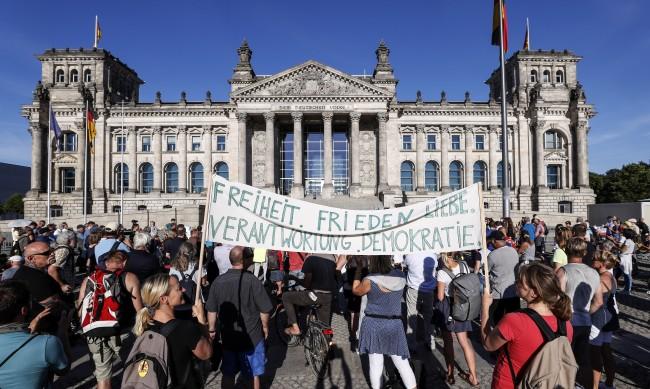 Хиляди на протест в Берлин срещу мерките заради коронавируса