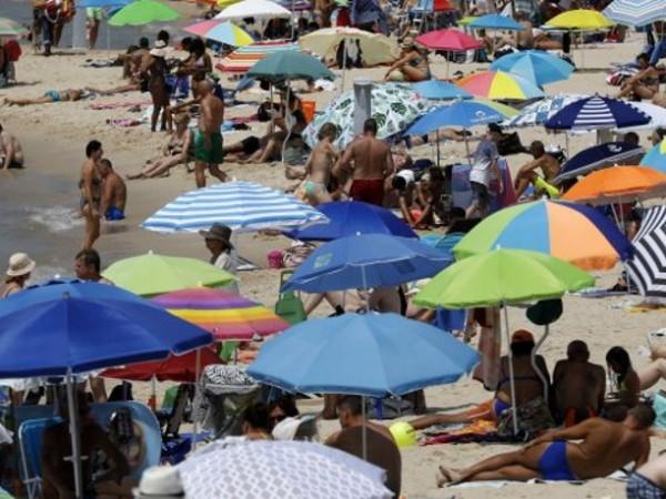 Млади хора се веселят в препълнен басейн на Златни пясъци,